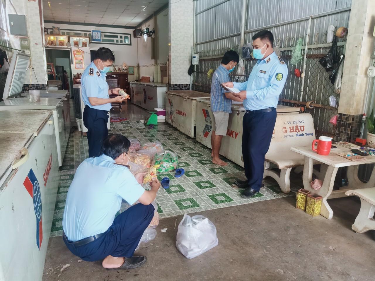 Đội QLTT số 4 thuộc Cục QLTT Bạc Liêu phát hiện gần 200 kg thực  phẩm đông lạnh vi phạm quy định về nhãn hàng hóa.