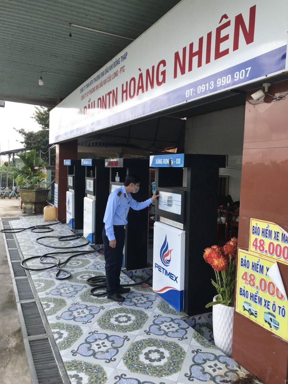Đội QLTT số 3 thuộc Cục QLTT Bạc Liêu: Kiểm tra và xử lý doanh nghiệp kinh doanh xăng dầu khi giấy phép kinh doanh xăng dầu đã hết hiệu lực.